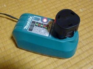 """REEXBON""BL1013互換バッテリー充電中|マキタコードレス掃除機用互換バッテリー"